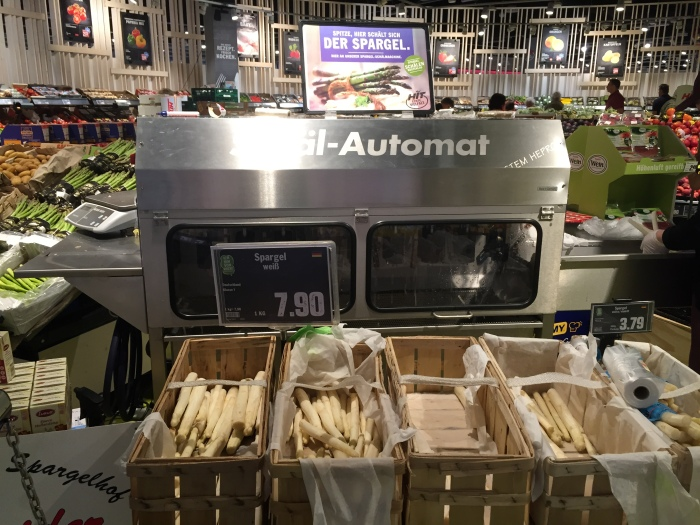 Spargel is so popular, a huge peeler was created so that it's finished before you get home.